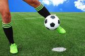 Ногами футбольный мяч — Стоковое фото