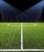 足球球与绿色的田野上 — 图库照片
