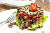 温暖的蔬菜和肉类沙拉 — 图库照片