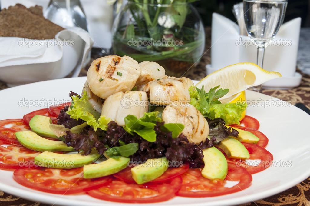 салат из морского гребешка и овощей