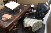 Ufficio con una comoda sedia e tavolo in legno — Foto Stock
