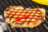 Koken biefstuk op een grill in het restaurant — Stockfoto