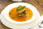 Zuppa con peperoncino sul tavolo in un ristorante — Foto Stock