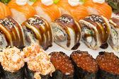 Rolos japonesas com peixe e legumes — Fotografia Stock