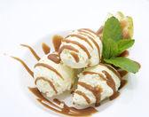 Ovoce se zmrzlinou na bílé nádobí v restauraci — Stock fotografie