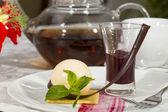 Sobremesa, um pedaço de bolo na mesa com uma xícara de chá — Foto Stock