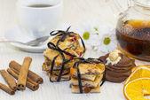 お茶を一杯とテーブルの上のケーキの一部 — ストック写真