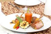 Grillat nötkött revben med grönsaker på en vit platta i en restaurang — Stockfoto