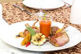 Pieczone żeberka cielęciny z warzyw na talerzu biały w restauracji — Zdjęcie stockowe