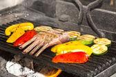 Gebratenes kalbfleisch rippen mit gemüse auf einem weißen teller in einem restaurant — Stockfoto