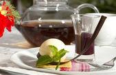 Dessert, ein stück kuchen auf dem tisch mit einer tasse tee — Stockfoto