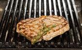 Kochen rindfleisch steak auf dem grill im restaurant — Stockfoto