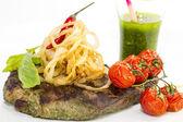 Grilovaný steak s omáčkou a zelení — Stock fotografie