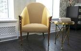 Pohodlné křeslo a konferenční stolek — Stock fotografie