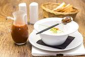 W restauracji ozdobione krewetki zupa pomidorowa — Zdjęcie stockowe