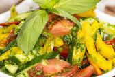 在一家餐厅桌上的蔬菜沙拉 — 图库照片