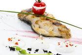 Pieczony filet z ryby z rusztu w białym sosie — Zdjęcie stockowe