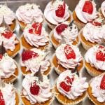 Cream desserts decorated with strawberries — Stock Photo