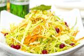 在一家餐馆的盘子上蔬菜沙拉 — 图库照片