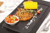 Stek z grilla z sosem i zieleni — Zdjęcie stockowe