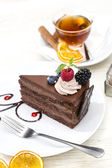 Dessert, a piece of cake on the table with a cup of tea — Stockfoto