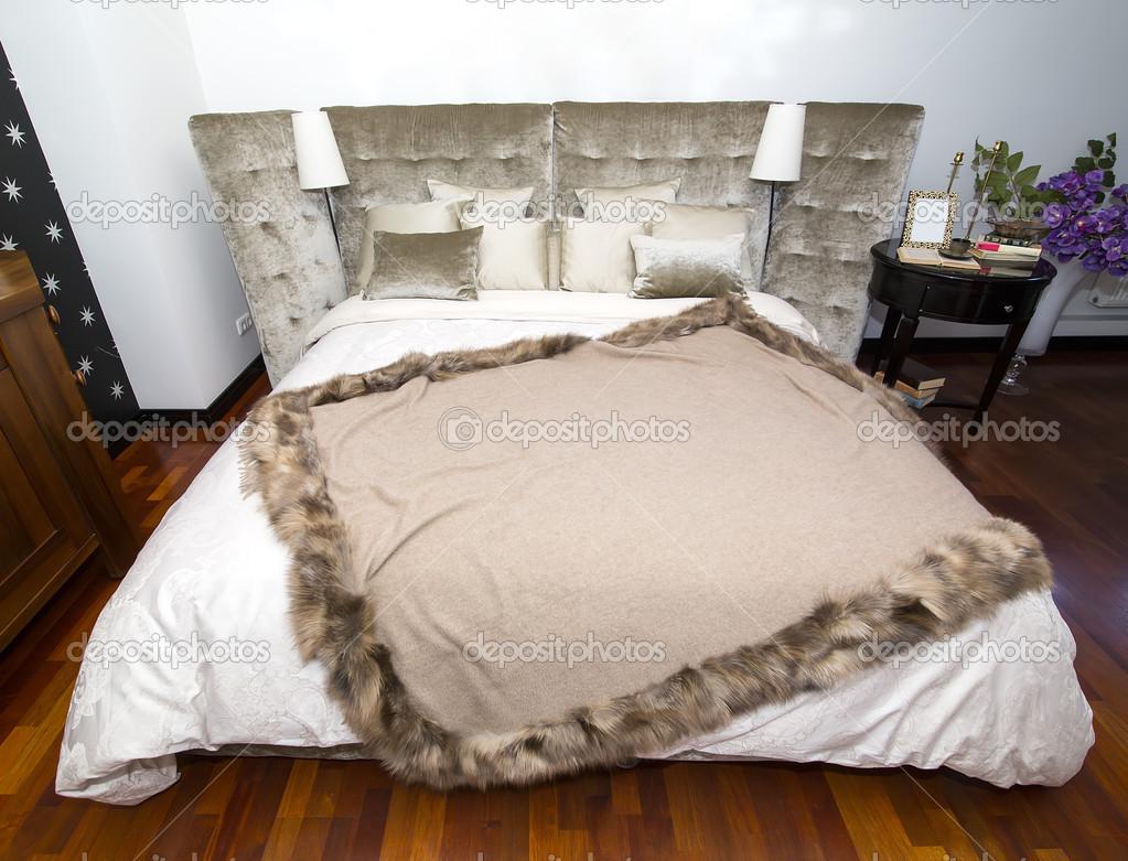 Chambre à coucher confortable et cosy blanc — photographie ...