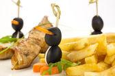 Papas fritas y kebabs de pollo y aceitunas — Foto de Stock