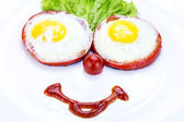 Fried eggs with tomato and lettuce — Stock Photo