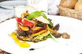 Sałatka z warzyw i mięsa — Zdjęcie stockowe