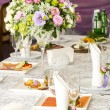 Table ware glass glasses and fresh flowers — Stockfoto