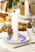 Table ware glass glasses and fresh flowers — Zdjęcie stockowe
