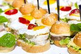Canape mit fleisch, meeresfrüchten und gemüse — Stockfoto