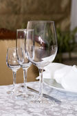 Table ware glass glasses and fresh flowers — Стоковое фото