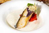 Filete asado de pescado a la plancha en salsa blanca — Foto de Stock