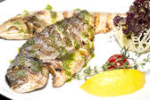 Baked fish with vegetables and mushrooms — ストック写真