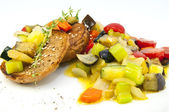Steamed vegetables and rye bread — Stock Photo