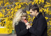 Boy and a girl in the autumn park — Stockfoto