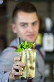 Jovem que trabalha como bartender — Fotografia Stock
