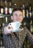 Молодой человек, работающий как бармен — Стоковое фото
