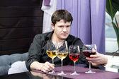Jonge man houdt wijnproeven — Stockfoto