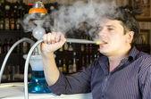 Homem é fumar shisha — Fotografia Stock