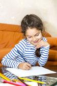 Çocuk ile boya kalemi kağıda çekmek — Stok fotoğraf