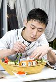 японский шеф-повар с тарелкой суши — Стоковое фото