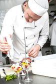 Chef preparando la comida en la cocina — Foto de Stock