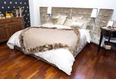 Comfortable and cozy white bedroom — Stock Photo