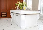 Elegant kök med marmor bord — Stockfoto