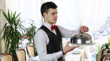 Waiter with a tray of food — Vídeo de stock