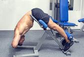Hombre joven de entrenamiento en el gimnasio — Foto de Stock