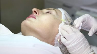 Cosmetic treatment with botox injection — Stock Video