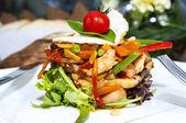 野菜と肉の温かいサラダ — ストック写真